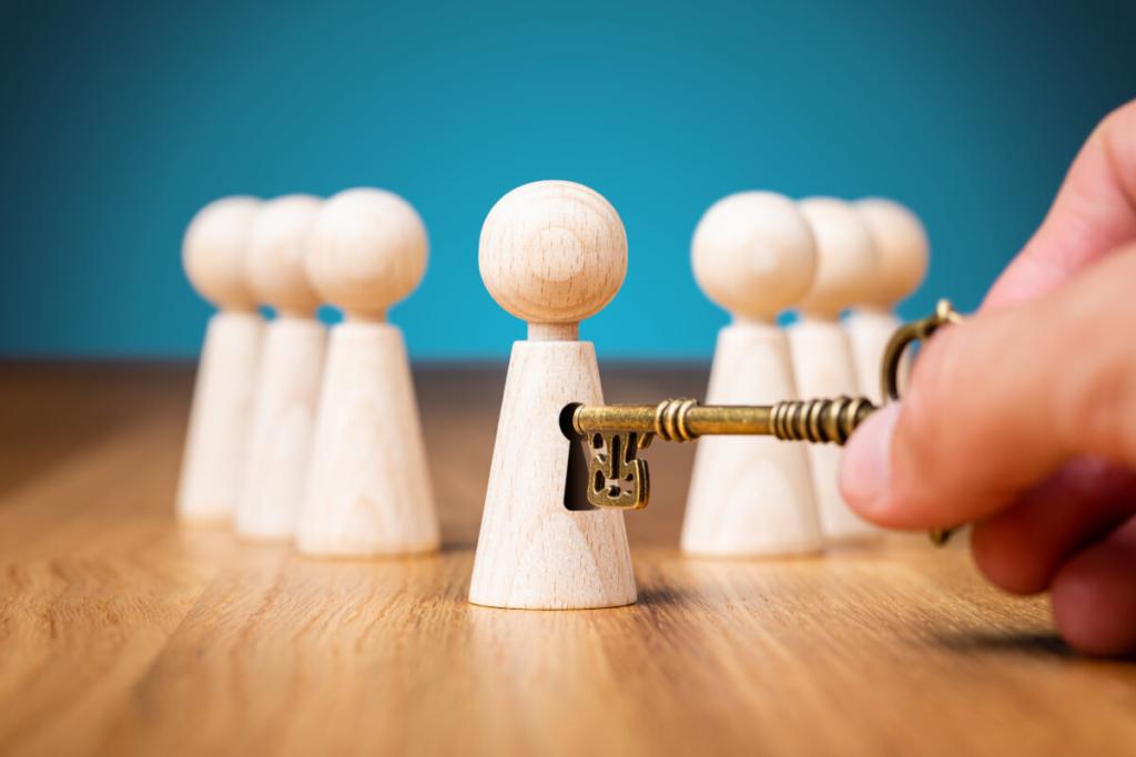 Schachfiguren und ein Schlüssel symbolisieren verborgene Potenziale