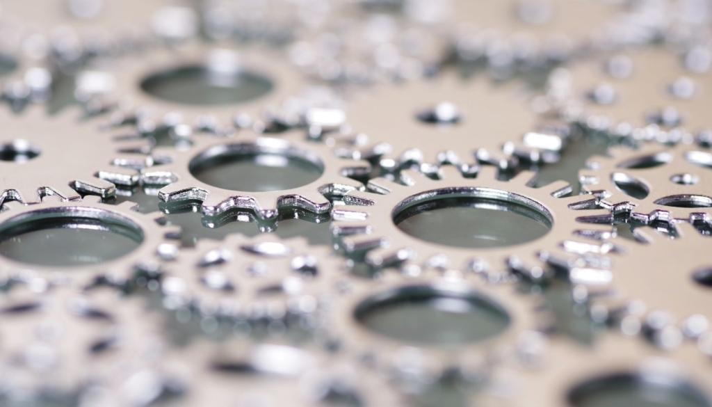 Hochglanzpolierte Zahnräder liegen auf einem Tisch und symbolisieren wie ein reibungsloser Ablauf aussieht.