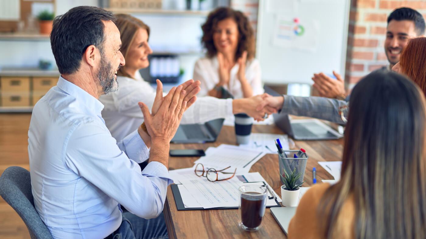 Gruppe von Geschäftsleuten, die zusammen am neuen Leitbild arbeiten.