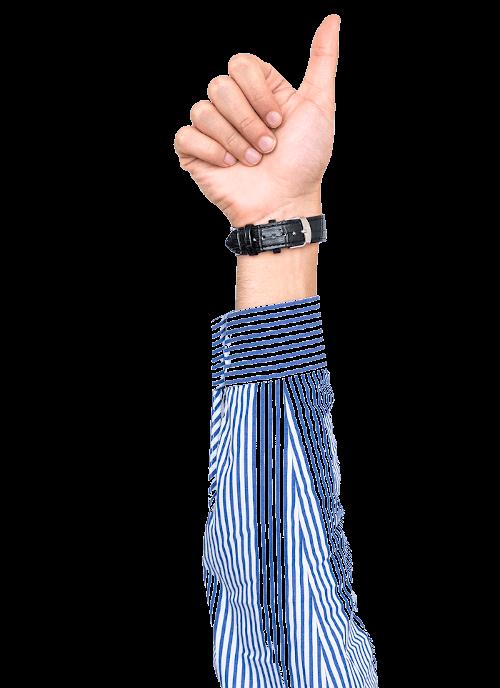 Hand mit Daumen hoch und Uhr am Arm mit gestreiften Hemd.